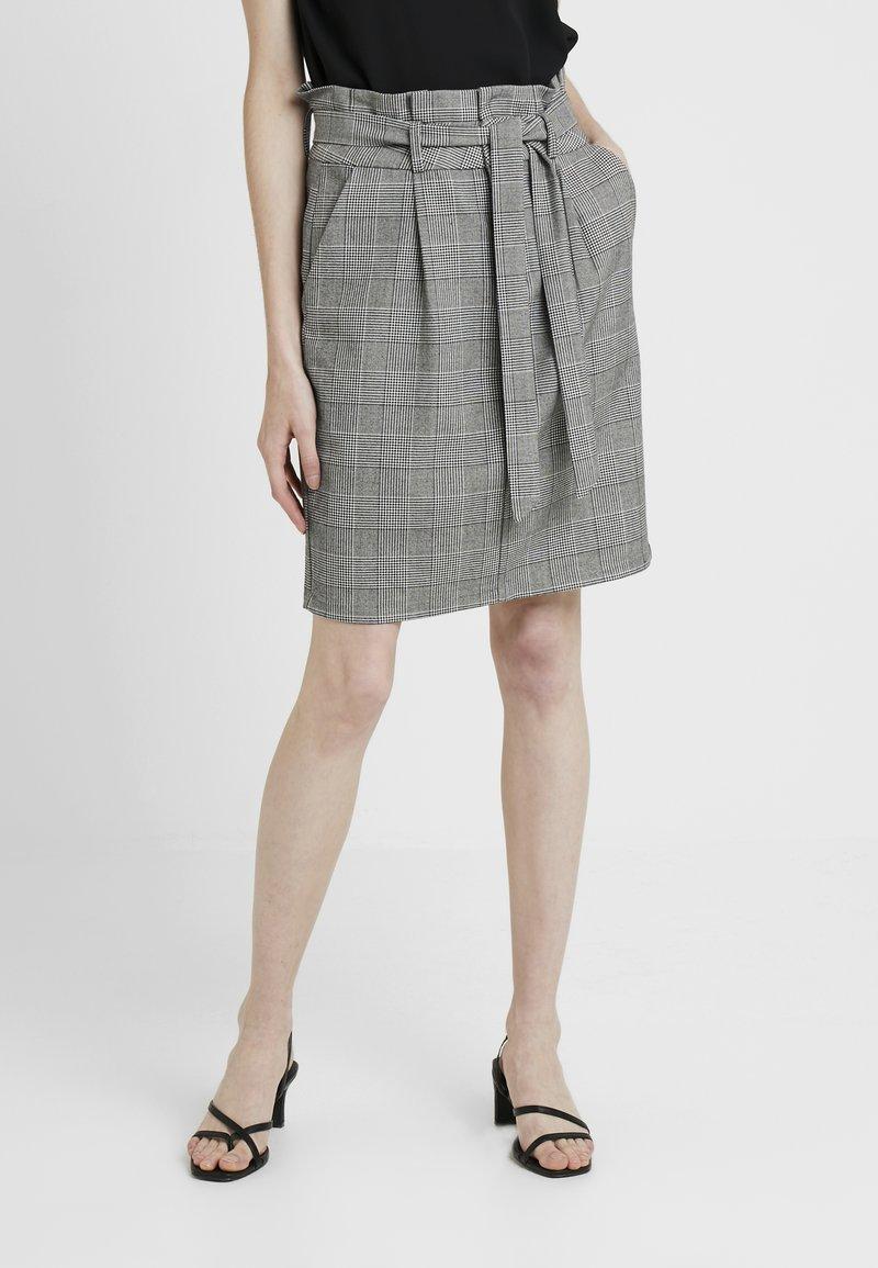 Vero Moda Tall - VMEVA PAPERBAG SHORT CHECK - Blyantskjørt - grey/white