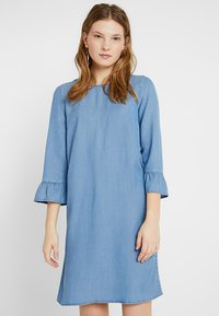 Vero Moda Tall - VMLISSY 3/4 SLEEVE SUMMER DRESS - Robe d'été - light blue denim - 0