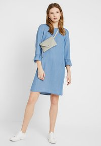Vero Moda Tall - VMLISSY 3/4 SLEEVE SUMMER DRESS - Robe d'été - light blue denim - 2
