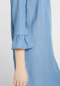 Vero Moda Tall - VMLISSY 3/4 SLEEVE SUMMER DRESS - Robe d'été - light blue denim - 5