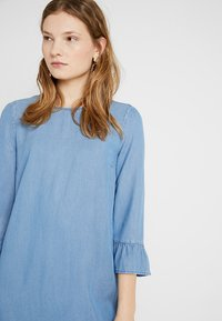Vero Moda Tall - VMLISSY 3/4 SLEEVE SUMMER DRESS - Robe d'été - light blue denim - 4