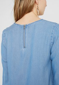 Vero Moda Tall - VMLISSY 3/4 SLEEVE SUMMER DRESS - Robe d'été - light blue denim - 7