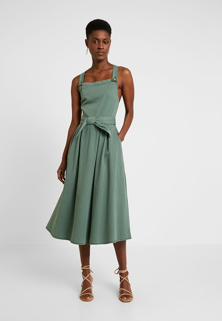 Vero Moda Tall - VMFLAME STRAP BOW MIDI DRESS - Vestido informal - laurel wreath
