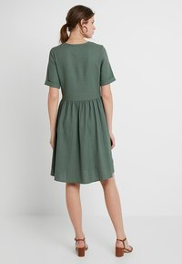 Vero Moda Tall - VMMALLI DRESS  - Sukienka letnia - laurel wreath - 2