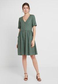 Vero Moda Tall - VMMALLI DRESS  - Sukienka letnia - laurel wreath - 0