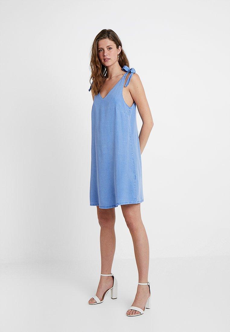 Vero Moda Tall - VMHAILEY STRAP BOW SHORT DRESS - Spijkerjurk - granada sky