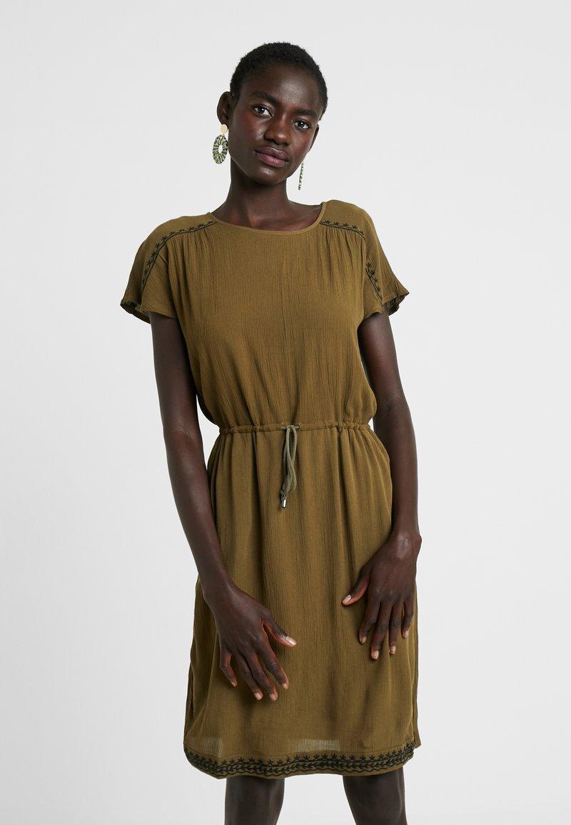 Vero Moda Tall - VMHOUSTON DRESS - Freizeitkleid - ivy green/black
