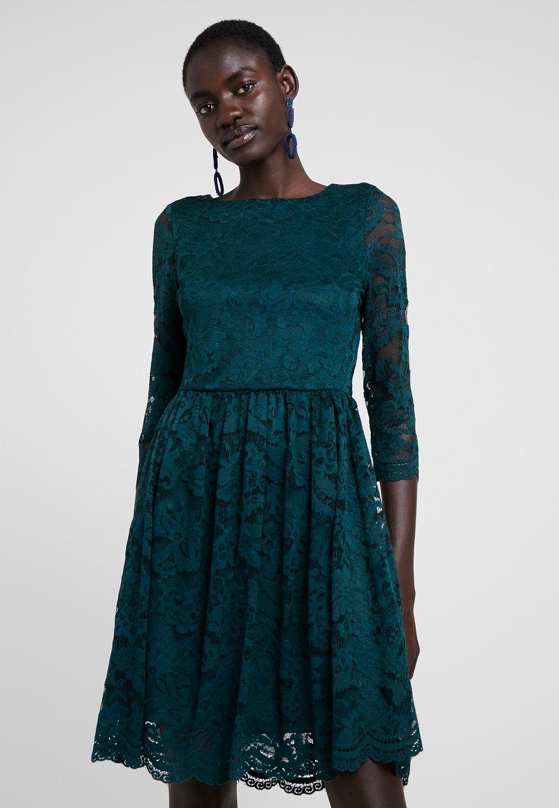 Vero Moda Tall - VMALVIA LACE SHORT DRESS TALL - Cocktailkleid/festliches Kleid - ponderosa pine