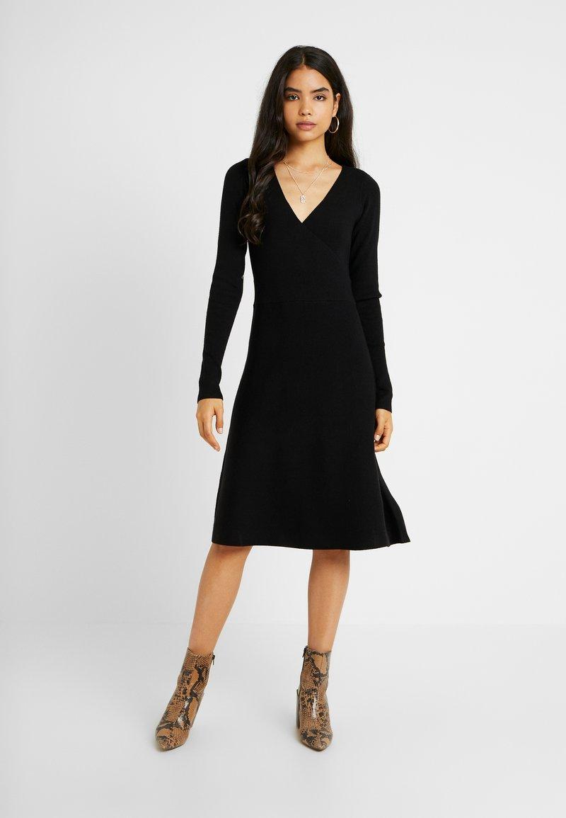 Vero Moda Tall - VMNANCY WRAP DRESS - Strickkleid - black