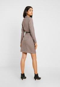 Vero Moda Tall - VMALICIA SHORT DRESS - Etuikjole - tobacco brown - 3