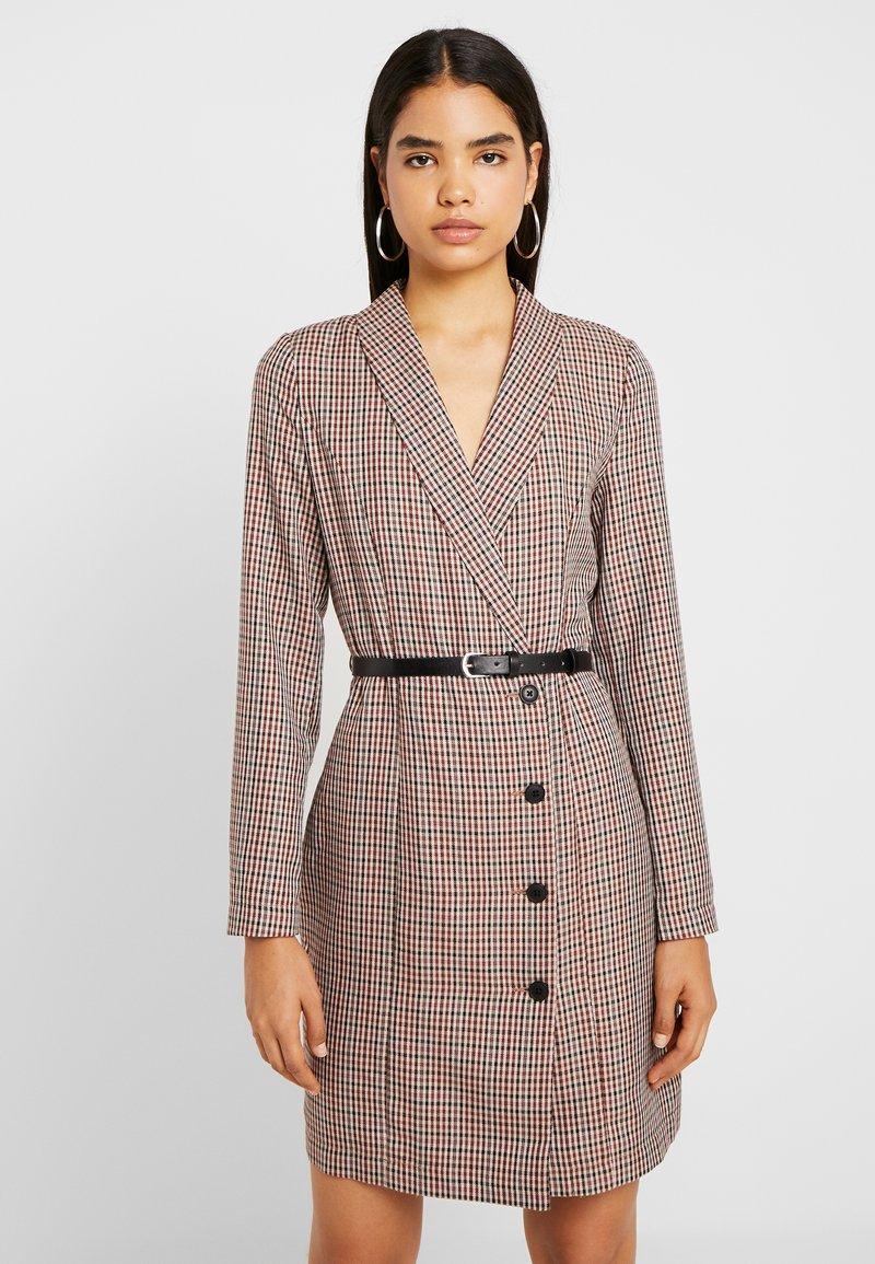 Vero Moda Tall - VMALICIA SHORT DRESS - Pouzdrové šaty - tobacco brown
