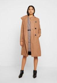 Vero Moda Tall - VMALICIA SHORT DRESS - Etuikjole - tobacco brown - 2