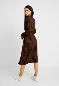 Vero Moda Tall - VMJANE DRESS - Stickad klänning - black/tortoise shell