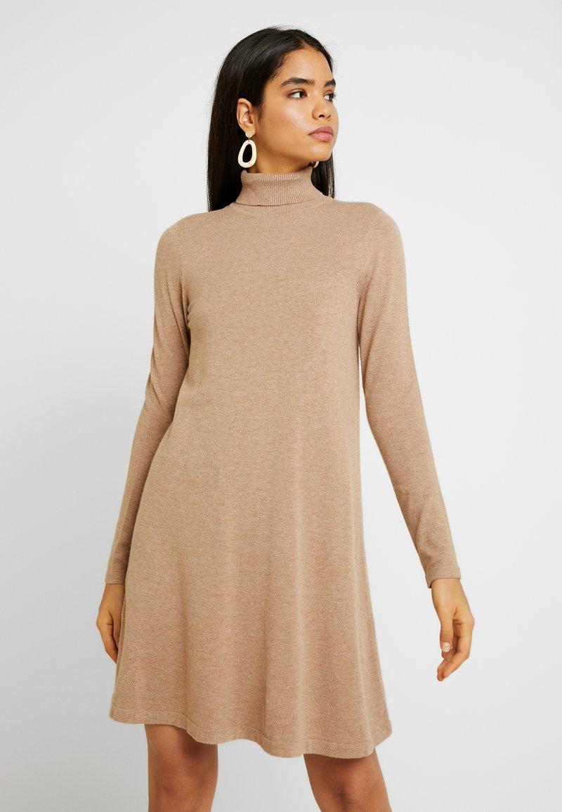 Vero Moda Tall - VMHAPPY ROLLNECK DRESS - Abito in maglia - tobacco brown