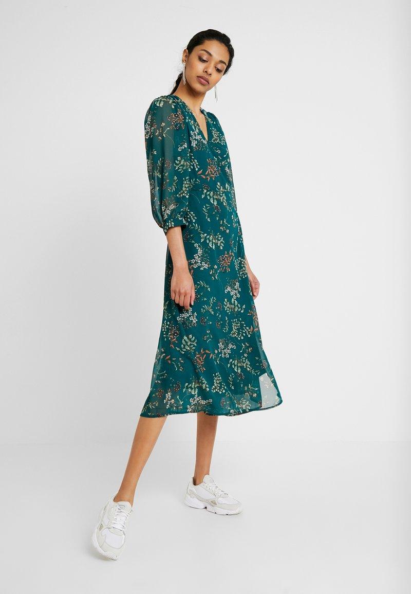 Vero Moda Tall - VMJULIE CALF DRESS  - Denní šaty - atlantic deep/julie