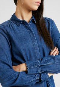 Vero Moda Tall - VMRACHELBOW DRESS - Košilové šaty - medium blue denim - 5