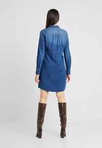 Vero Moda Tall - VMRACHELBOW DRESS - Košilové šaty - medium blue denim - 3