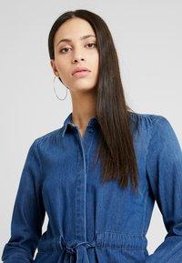 Vero Moda Tall - VMRACHELBOW DRESS - Košilové šaty - medium blue denim - 4