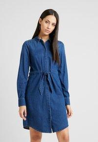 Vero Moda Tall - VMRACHELBOW DRESS - Košilové šaty - medium blue denim - 0