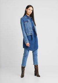 Vero Moda Tall - VMRACHELBOW DRESS - Košilové šaty - medium blue denim - 2