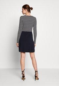 Vero Moda Tall - VMSAILOR  DRESS BOO TALL - Strikket kjole - night sky/white - 2