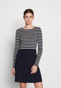 Vero Moda Tall - VMSAILOR  DRESS BOO TALL - Strikket kjole - night sky/white - 0