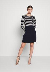 Vero Moda Tall - VMSAILOR  DRESS BOO TALL - Strikket kjole - night sky/white - 1