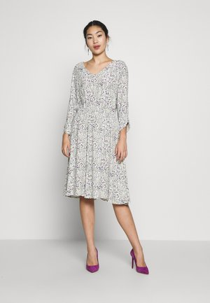 VMVILMA DRESS - Hverdagskjoler - birch/flower print
