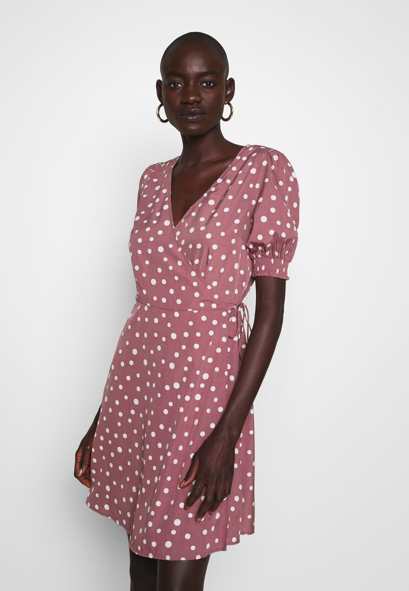Vero Moda Tall - VMHENNA WRAP SHORT DRESS - Denní šaty - rose brown/white