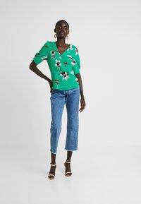 Vero Moda Tall - VMKIMMIE - Blusa - bright green/kimmie - 1