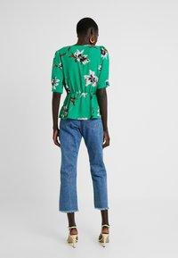 Vero Moda Tall - VMKIMMIE - Blusa - bright green/kimmie - 2