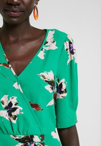 Vero Moda Tall - VMKIMMIE - Blusa - bright green/kimmie - 5