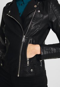 Vero Moda Tall - SHORT JACKET - Imitert skinnjakke - black - 3