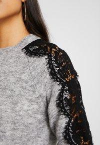 Vero Moda Tall - VMMERLA O-NECK - Maglione - light grey melange/black - 4