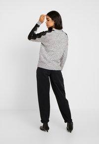Vero Moda Tall - VMMERLA O-NECK - Maglione - light grey melange/black - 2