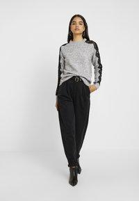 Vero Moda Tall - VMMERLA O-NECK - Maglione - light grey melange/black - 1