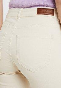 Vero Moda Tall - VMSHEILA SLIM KICK FLARE - Flared jeans - ecru - 3