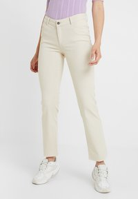 Vero Moda Tall - VMSHEILA SLIM KICK FLARE - Flared jeans - ecru - 0