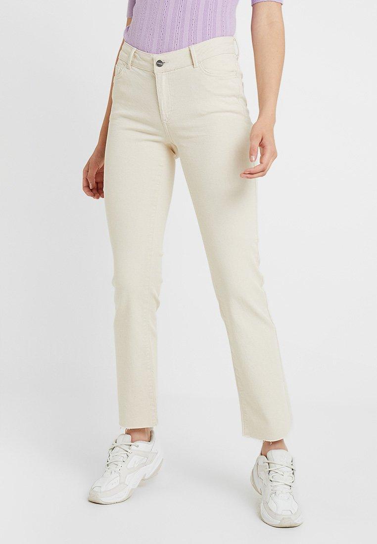 Vero Moda Tall - VMSHEILA SLIM KICK FLARE - Flared Jeans - ecru