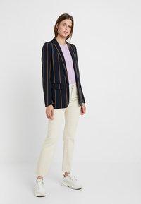 Vero Moda Tall - VMSHEILA SLIM KICK FLARE - Flared jeans - ecru - 1