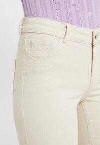 Vero Moda Tall - VMSHEILA SLIM KICK FLARE - Flared jeans - ecru - 5