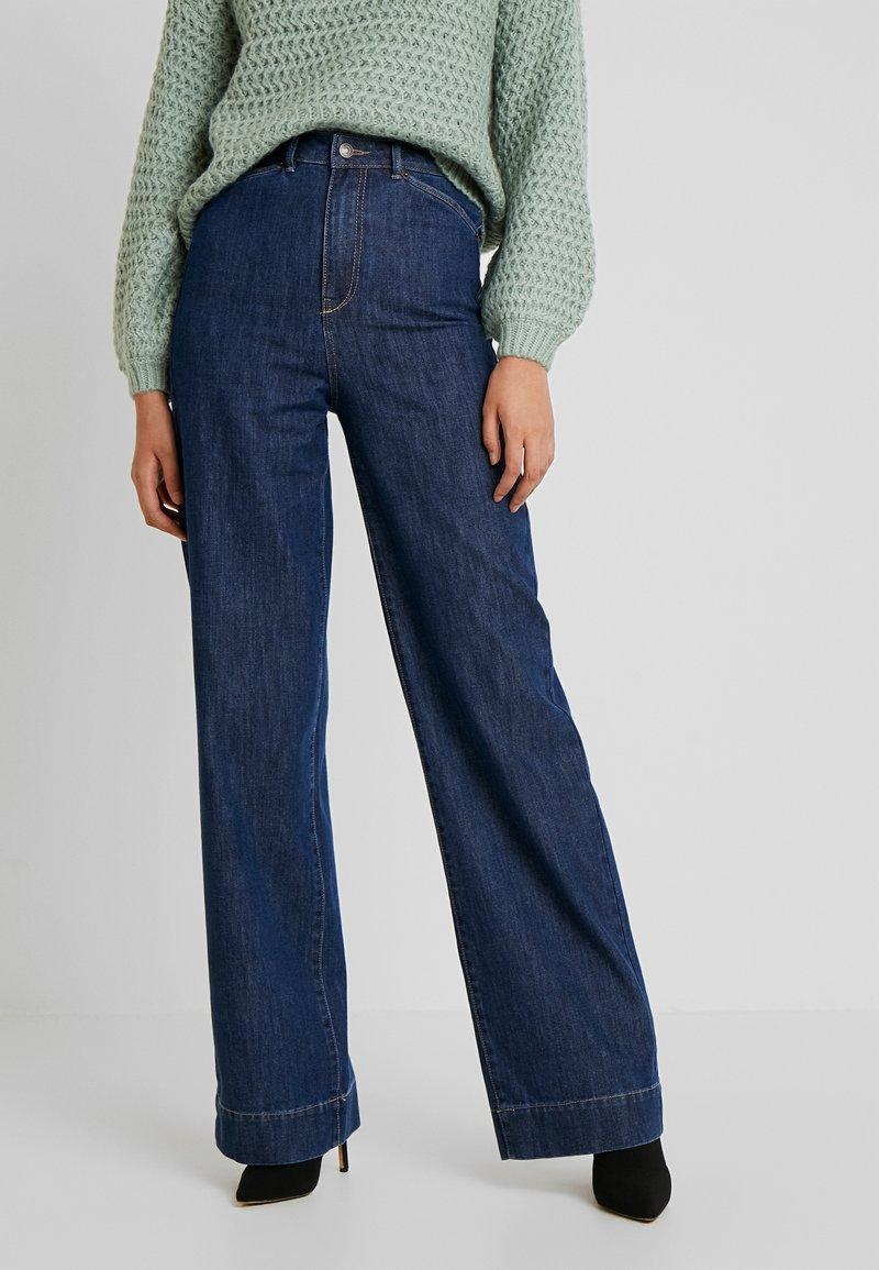 Vero Moda Tall - VMKATHY HERONA WIDE - Flared jeans - dark blue denim