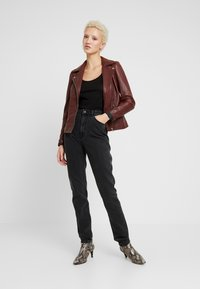 Vero Moda Tall - VMJOANA MOM LOOSE  - Jeans straight leg - black - 1