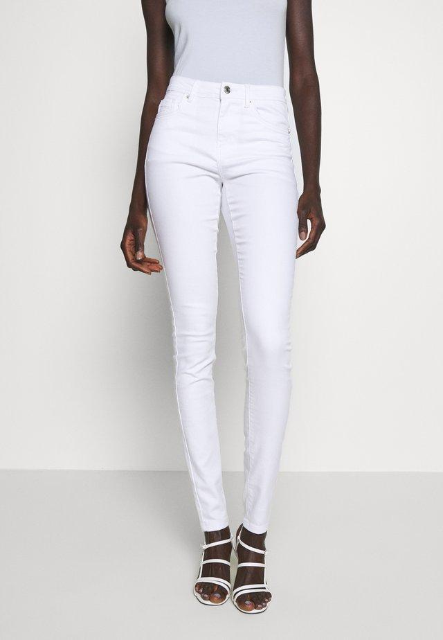 VMTANYA PIPING  - Skinny džíny - bright white