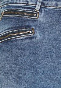 Vero Moda Tall - VMSEVEN SLIM ZIP ANK JEANS - Skinny džíny - medium blue - 2