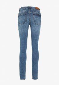 Vero Moda Tall - VMSEVEN SLIM ZIP ANK JEANS - Skinny džíny - medium blue - 1