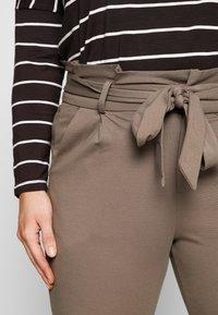 Vero Moda Curve - VMEVA LOOSE PAPERBAG PANT CURVE - Kalhoty - bungee cord - 4
