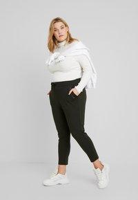Vero Moda Curve - VMEVA MR LOOSE STRING ZIPPER PANT - Pantalon de survêtement - peat - 1