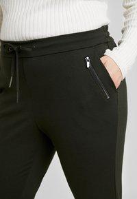 Vero Moda Curve - VMEVA MR LOOSE STRING ZIPPER PANT - Pantalon de survêtement - peat - 4