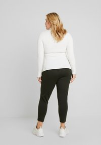 Vero Moda Curve - VMEVA MR LOOSE STRING ZIPPER PANT - Pantalon de survêtement - peat - 2